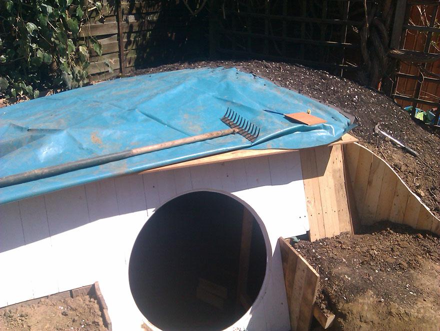 3. Поскольку домик расположен фактически под землей, для защиты от влажности понадобилась тщательная гидроизоляция.