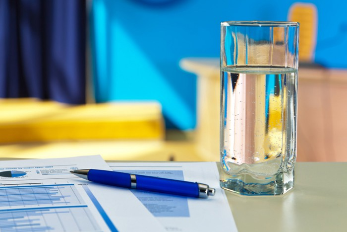 9. Держите стакан у себя на столе.