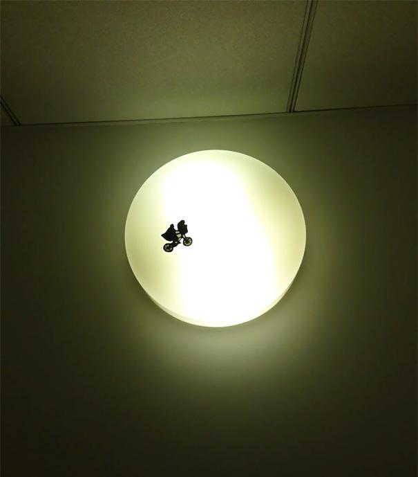 2. Инопланетянин на лампе.
