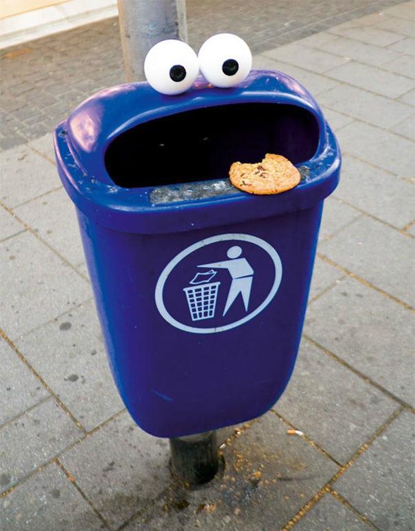 3. Просто мусорка… с глазами и языком.