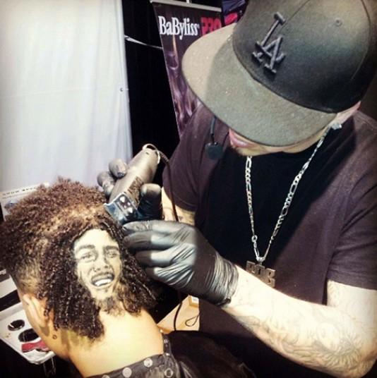1. Когда мы хотим подстричься, мы идем в салон красоты на Фрунзенской, или любой другой поблизости и отдаемся в руки парикмахера. Но если вы смелый и вдруг попали в США, то зайдите в салон к Робу Фарреллу.