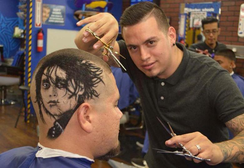 2. Мастер парикмахерского искусства Роб Фаррелл создает прически основанные на лицах знаменитостей или известных персонажей. Его салон находится в Сан-Антонио в штате Техас, США. На фото - Эдвард Руки-ножницы.