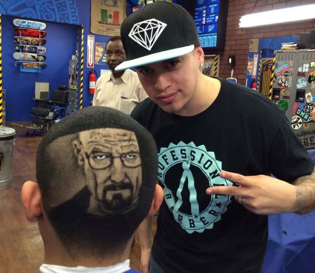 8. После этого клиенты начали стекаться в его парикмахерскую со всей страны. Желающих получить необычную прическу было множество. На фото – главный герой сериала Breaking Bad.