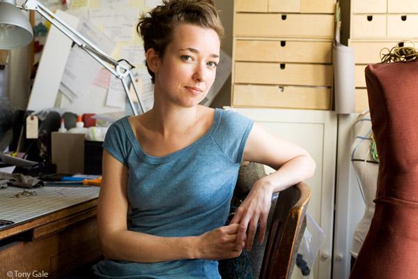 1. Кейт Кьюсак использует для своих произведений обычные застежки-молнии, которые можно купить в любом текстильном магазине или отпороть со старой куртки или джинсов.