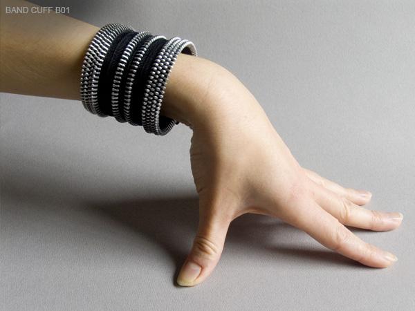 4. «Металлические зубцы застежек-молний и прикрепленная к ним ткань – идеальный материал для творчества, одновременно жесткий и гибкий», - говорит Кейт.