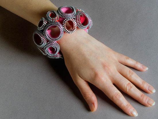 8. В коллекции Кейт Кьюсак есть броши, ожерелья, браслеты.