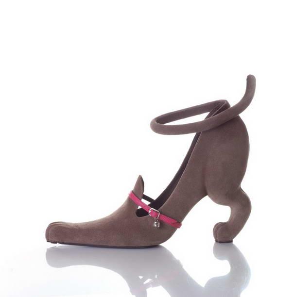 10. Туфли «Мяу» в виде кошечки. Розовый ремешок с колокольчиком олицетворяет кошачий ошейник.