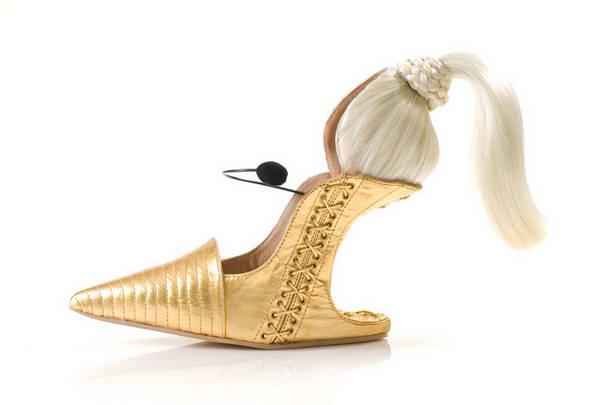 2. А вот таки туфли делает дизайнер Коби Леви. Эта модель называется «Амбициозная блондинка».