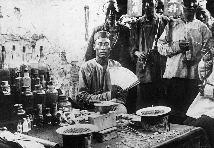 15. Китайский стоматолог работающий на улице. В Китае до сих пор сохранились уличные стоматологии. Фото 1950 года.