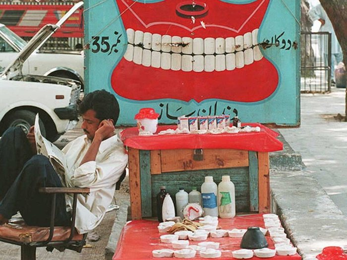 18. Уличный стоматолог в Карачи, Пакистан.