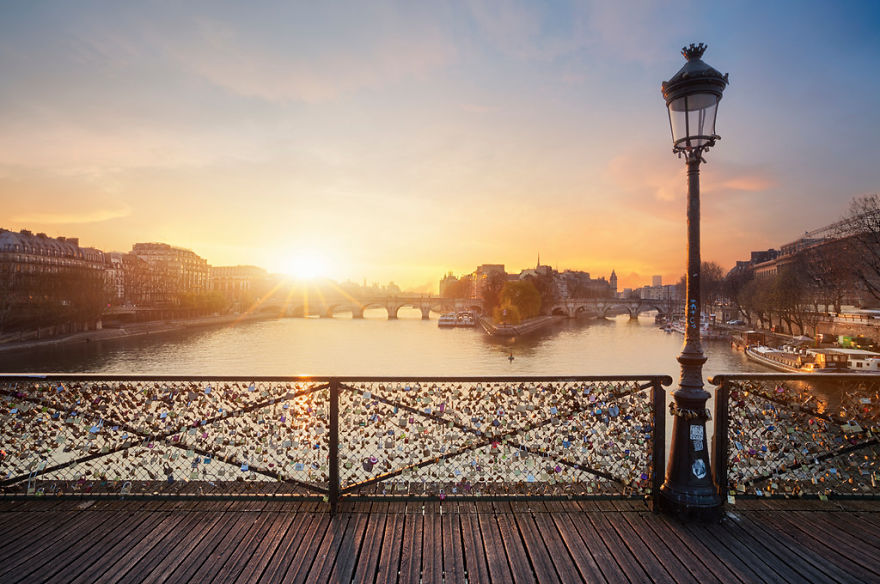 12. Мост искусств в Париже, Франция.