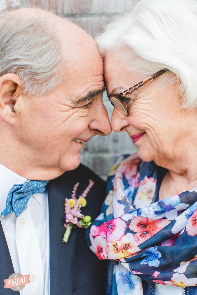 1. История 55 лет искренней любви. Их первое свидание состоялось на ярмарке, где они отправились на прогулку на маленьком поезде. «Он сел рядом со мной и взял меня за руку. И я поняла, что это любовь с первого взгляда», - вспоминает Грид. «В те годы нам была недоступна аренда лимузина или ужин в дорогом ресторане, но эта прогулка на поезде навсегда осталась в нашей памяти».