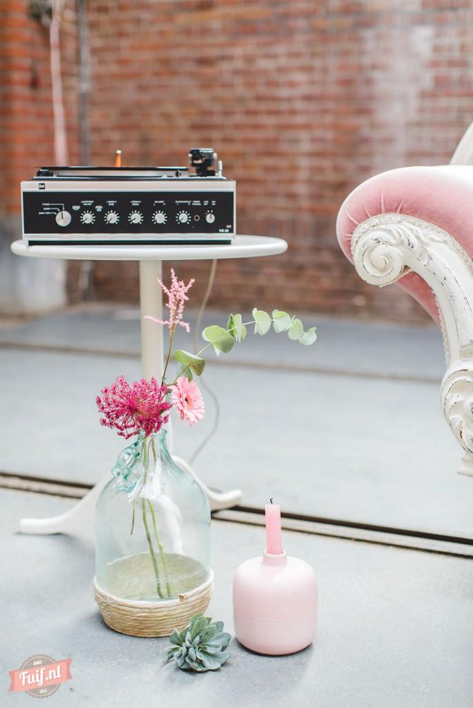 14. Иногда пара слушает на проигрывателе музыку, которая звучала во времена их молодости и у них на свадьбе.