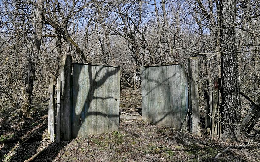 13. Открытые ворота бывшего дома в заброшенной деревне Залесье.