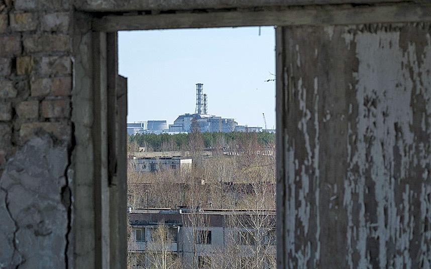 9. С руин Припяти виден поврежденный четвертый реактор Чернобыльской АЭС.