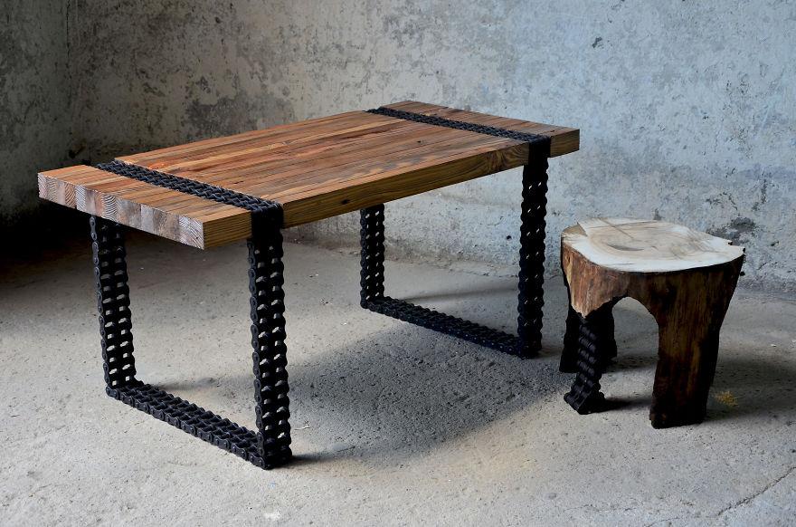 1. Этот стильный и современный на вид кофейный столик сделан из старых досок и ржавой цепи.
