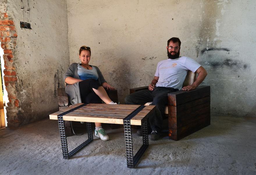 12. А вот и сами талантливые мастера, рядом со своим удивительным деревянно-металлическим творением.