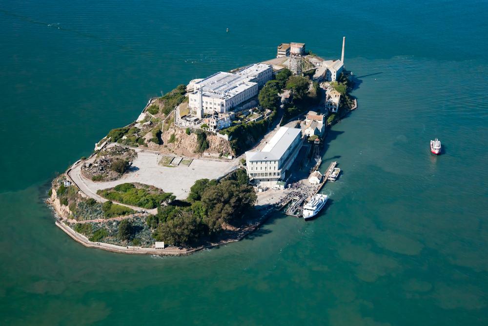 3. Десятки бывших тюрем открыты для общественности, в том числе знаменитая тюрьма Алькатрас, расположенная на острове у берегов Сан-Франциско. Некоторые тюрьмы даже переоборудованы в отели, например Malmaison Oxford в Стамбуле и Hotel Lloyd в Амстердаме.