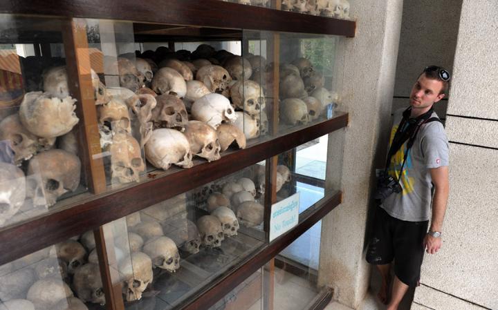 5. Трагедия в Камбодже, где было убито и захоронено до 3 миллионов человек. Сегодня можно посетить места массовых захоронений. Также есть музей, где расположены памятные ступы наполненные черепами жертв геноцида.
