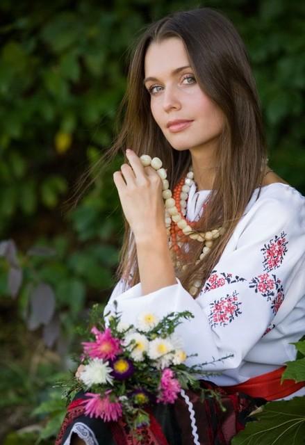 2. Похожи по стилю и украинские национальные костюмы. Кстати, сегодня женские национальные платья снова вошли в моду и пользуются большим успехом, о чем свидетельствуют некоторые сайты, например, dibrova.com.ua/women/platya/. Как видите, национальная мода вполне вписывается в современный мир.