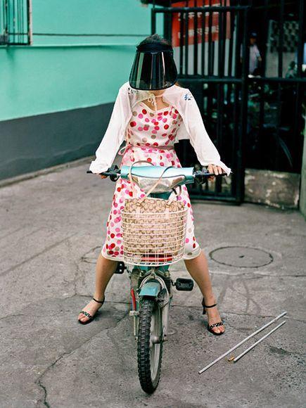 13. Женщина с козырьком от солнца и специальными солнцезащитными рукавами. Эти простые вещи уже давно стали национальной одеждой Шанхая и велосипедисты эти атрибуты используют повсеместно.