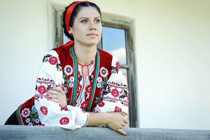 2. Украинская вышиванка – традиционная расшитая рубашка. Рисунок часто означает принадлежность к определенному региону (смотрите фото женских вышиванок).