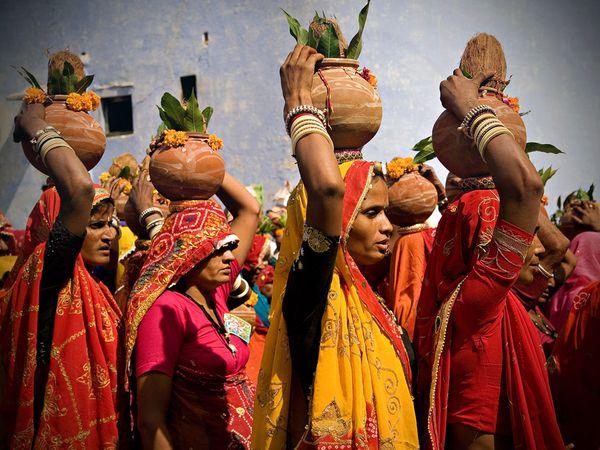 4. Красочные сари женщин Индии. Индийский текстиль – это сочетание древних традиций и тысячи стилей и техник рукоделия.