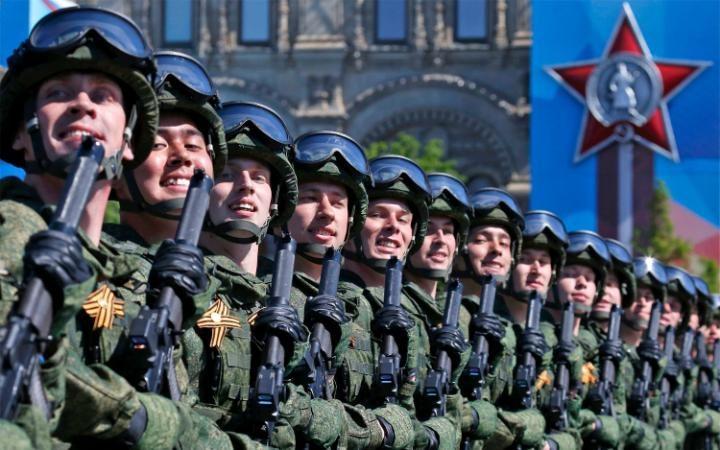 1. Традиционный военный марш прокатился по Красной площади.