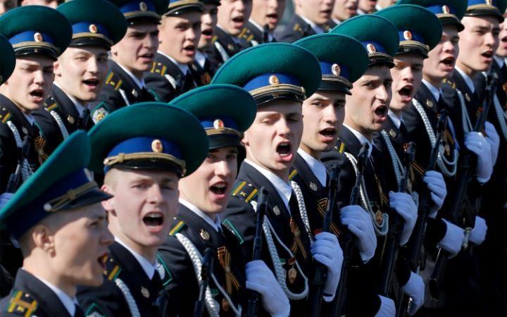 11. Громкое «УРА» многократно раздавалось в этот день на Красной площади.