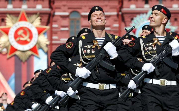 12. Тысячи военнослужащих прошлись по Красной площади.