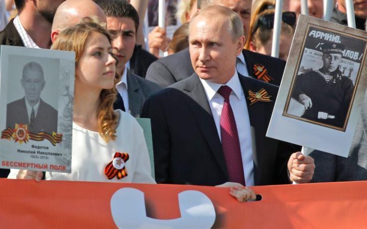 14. Позже Владимир Путин присоединился к «Бессмертному полку». Президент пронес портрет своего отца, Владимира Спиридоновича Путина.