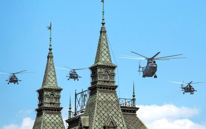 17. Вертолеты пролетают над ГУМом.
