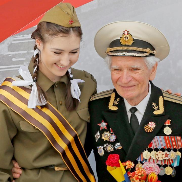 19. Девушка фотографируется с ветераном.