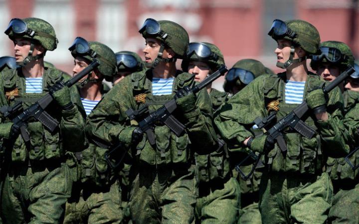 2. В парадном марше приняли участие не только военные облаченные в парадную форму, но и военнослужащие в современной военной амуниции.