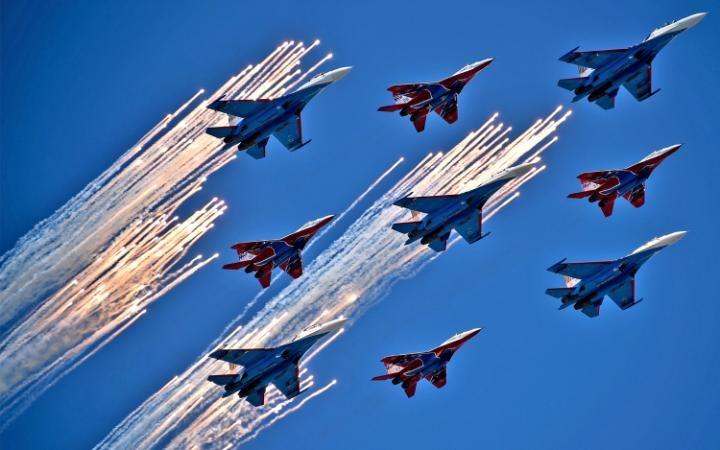 8. Су-27 и Миг 29 над Москвой.