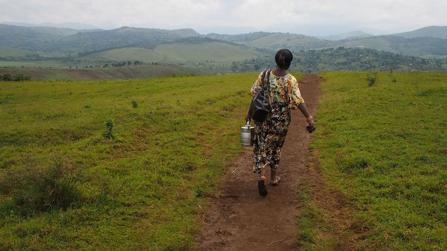 1. Утром Chanceline начинает свой пятичасовой путь в клинику. У женщины нет машины и она вынуждена идти пешком.