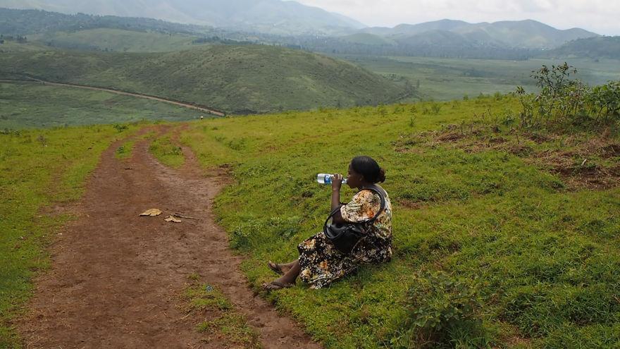2. Путь не близкий и женщина вынуждена делать короткие перерывы, чтобы передохнуть и продолжить свой долгий путь.