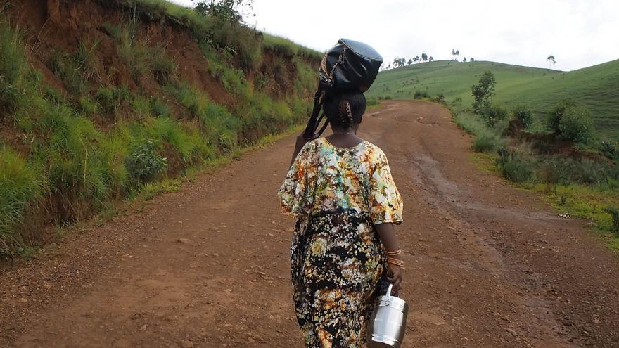 8. Когда руки устают нести сумку, женщина кладет ее на голову, чтобы дать отдых рукам.