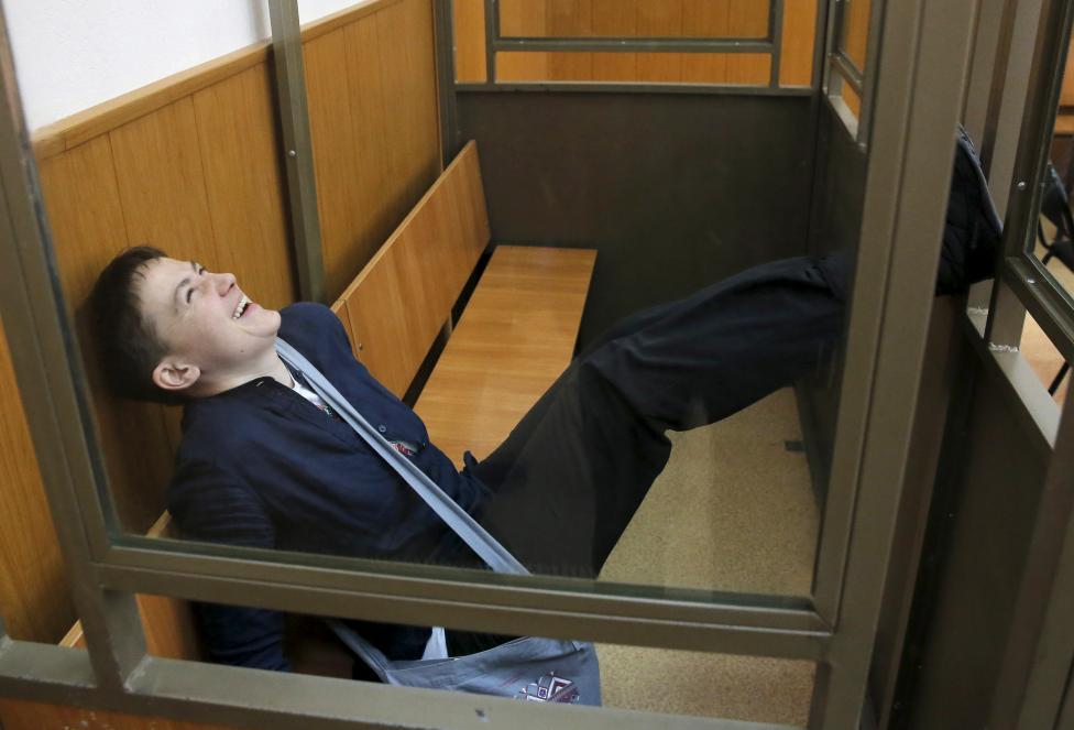 4. На фото реакция Савченко на приговор суда.