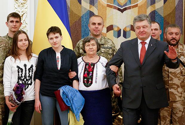 7. В Киеве Савченко встречал президент Украины Петр Порошенко.