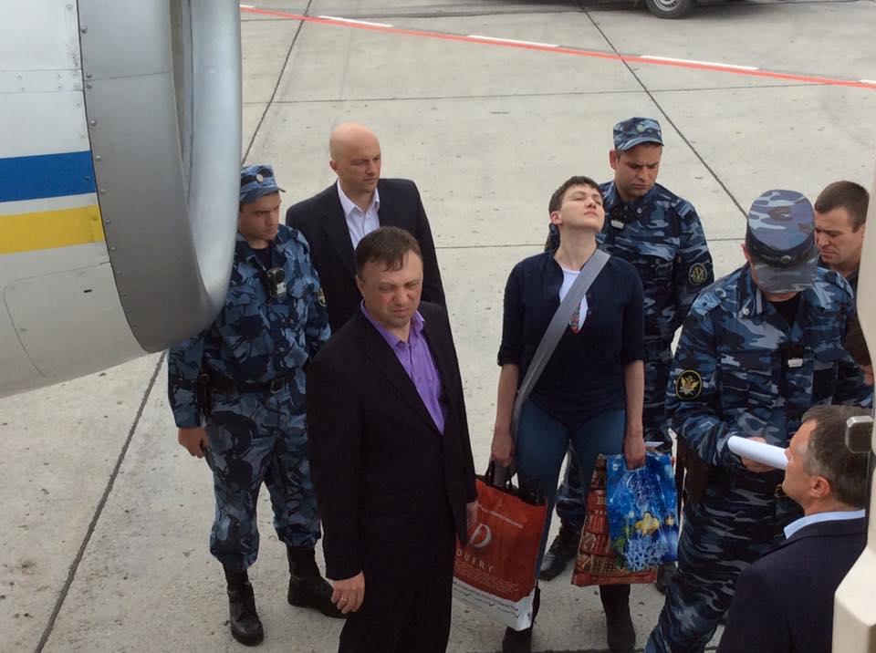 8. В Киев Савченко доставили президентским бортом.