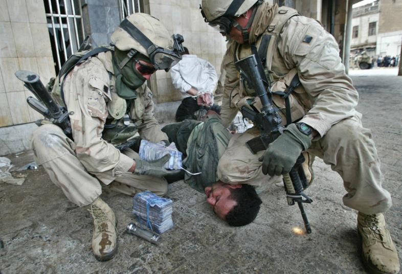 3. В марте 2003 года банда преступников ворвалась в центральный банк Ирака. Они заполнили три трактора наличными на общую сумму около 1 млрд долларов. Половина денег после была найдена в стенах дворца Саддама Хусейна.