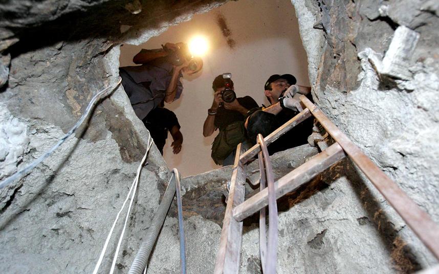 4. В 2005 году в Бразилии произошло одно из крупнейших ограблений банка. По данным полиции в течении трех месяцев банда из 20 человек воровала деньги из банка через тоннель, соединяющий банк с соседним зданием. Украдено было более 65 миллионов долларов. Из 20 человек были пойманы только двое и только 500 000 $ было найдено.
