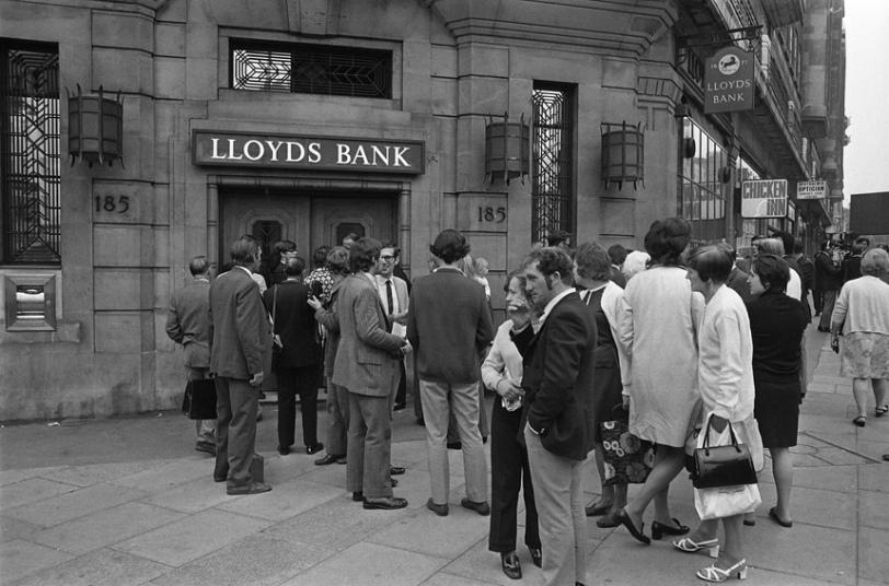 5. 1,5 миллионов фунтов было украдено из банка на Бейкер-стрит 11 сентября 1971 года. По нынешним меркам эта сумма равна 16 миллионам фунтов. Но знаменито это ограбление вовсе не суммой, а тем, что власти пытались скрыть факт преступления. Банда попала в банк через тоннель ведущий из соседнего магазина. Полиция узнала об этом от радиолюбителя, который поймал переговоры банды по рации. Полицейские проверили 750 банков, в том числе и искомый, но ничего не нашли.