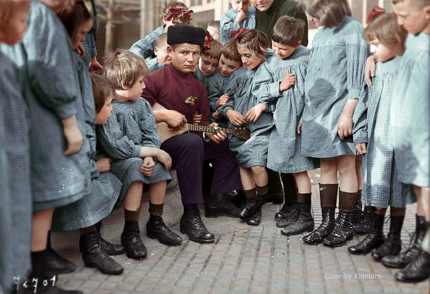 17. Музыкант, окруженный группой детей, 1940 год.