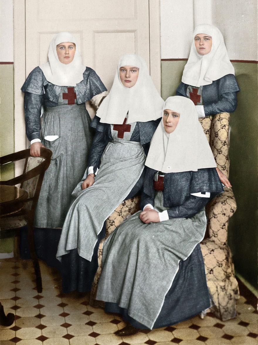 22. Царица Александра Федоровна с дочерьми в военном госпитале во время Первой мировой войны.