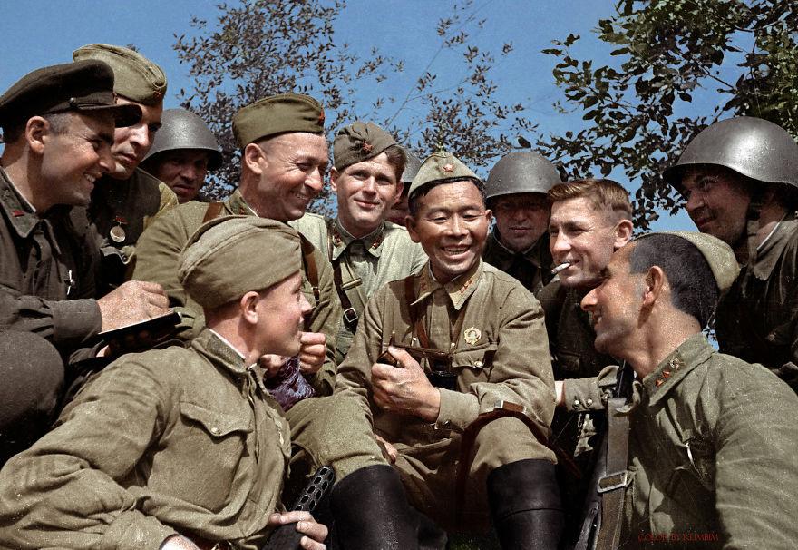 24 Советский снайпер Семен Номоконов и его знаменитая трубка, 1942 год.