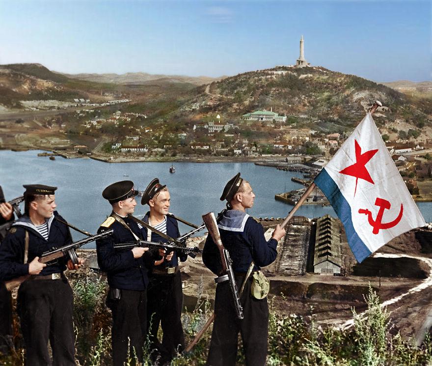 50. Советские моряки поднимают флаг ВМФ СССР, Порт-Артур, 1945 год.