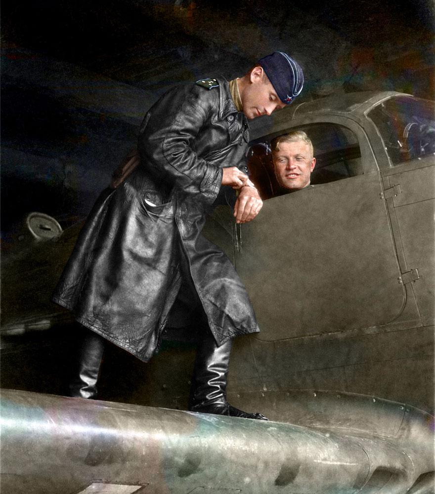51. Капитан Александр Пронин и майор Сергей Бухтеев перед вылетом, 1943 год.