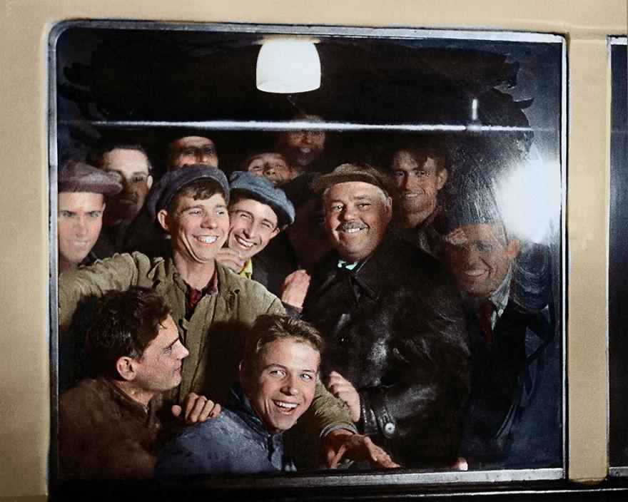 6. Первые пассажиры московского метро, 1935 год.